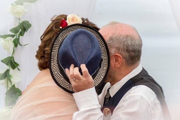 speed dating, slow dating, the one, wedding, kiss, hat