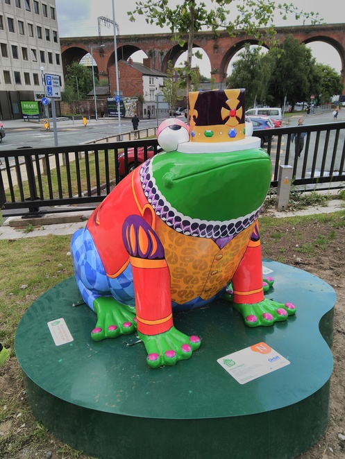Stockports Giant leap, frogs, art, walking, free, day out, Town Hall, places to visit, children, activities