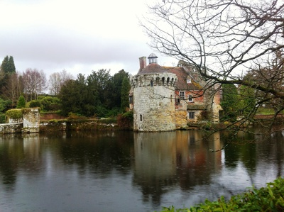 scotney castle, castle national trust, national trust scotney castle, tunbridge wells scotney castle, scotney castle mansion, scotney caslte history, castles in england, scotney castle lake, hussy scotney castle