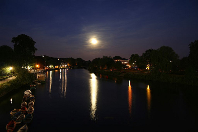 Moon over the Thames in Kingston (Attribution: Flickr - Iain Buchanan)