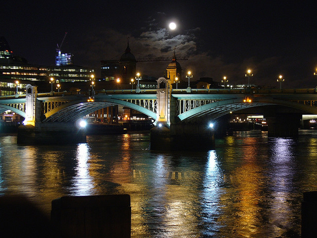 Moon over Southwark Bridge (Attribution: Flickr - Metro Centric)